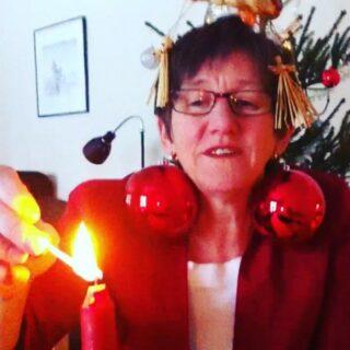 TILLBAKABLICKSTORSDAG och vi kastar oss tillbaka till julaftonen 2010 när min mamma @annicasorens hux flux bestämde sig för att spela in en auditionvideo för att försöka bli julvärd (ja, alltså SVT efterlyste ju inga sådana ... Hon fick bara feeling. Det var jättekulorna som gjorde det, tror jag).  #tillbakablickstorsdag #tbt #throwbackthursday