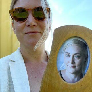 """Finns mysmord?  Har hon ett lejon hemma?  Och vilket mörker är hon själv mest rädd för?  Succédeckardebutanten Kristina Agnér, högaktuell med """"Var inte rädd för mörkret"""", gästar Elin möter! Dessutom: Jag vinner Präktighets-EM, Annelie tror hon är som Strindberg och förhandlingskrisen får sin upplösning.   Porträttfoto Kristina: Emil Malmborg  #ElinMöter #KristinaAgnér  #podcast #podd #varinteräddförmörkret  #deckare #Småland #MariaLang #boktips #Moffa #FiktivaFikat"""