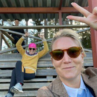 Hejaklacken är ohyggligt pepp här på Offerdalshägna, där Offerdals IF möter Järpens IF. Låt inte solglasögonen lura er, det blåser fjällvindar på läktaren!