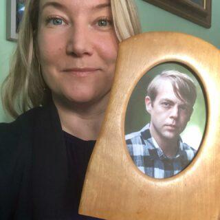 """JA! 🔥🌺 @ccarlssons bok """"Brinn mig en sol"""" är en av de nominerade böckerna i @aretsbok – missa inte avsnittet av podden """"Elin möter"""" där jag och Christoffer pratar om just den boken, skrivandet och livet (och läs boken så klart – en av årets absolut bästa hittills för min del)! #elinmöter #christoffercarlsson  #podcast #brinnmigensol #åretsbok #åretsbok2021"""