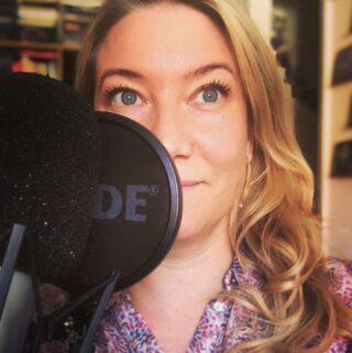 Så här ser man ju ut när man drömmer om nästa smaskiga Fiktiva fika, han på insidan av buren och jag på utsidan, långt ifrån ... Vem vill du ta en fiktiv fika med? Och varför? Kommentera här eller mejla podden på elinmoter@elinolofsson.com Nytt avsnitt till veckan!  #ElinMöter #podcast #podd #FiktivaFikat