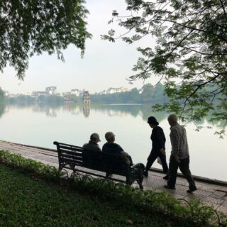 TILLBAKABLICKSTORSDAG: Hanoi är en stad att längta tillbaka till. Gå runt sjön och kolla på folk. Skulle kunna göra det hela dagarna. Människor är mitt största intresse.  #Tbt #throwbackthursday  #tillbakablickstorsdag