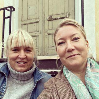 Folk glor som om de aldrig sett två lagom coola kulturtanter spela in en podd sittande på en kyrktrappa tidigare. (Nytt avsnitt i morgon, fascinerande gäst!)