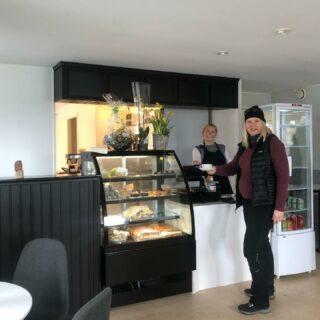 Kan intyga att Offerdals nyaste caféinrättning @fjallkonditorietofferdal erbjuder toppklassigt fika (ja, @annelielanner och jag rev av ett rasande effektivt möte där, till mjukstut och tårta!)