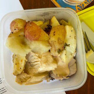 Måndag i manusfabriken: matlåda från mamma (söndagsstek med äppelmos och brunsås, tackar som frågar) och en researchhög som skulle göra mig till huvudmisstänkt om det hände någon av er någonting otäckt.  Ta hand om er!