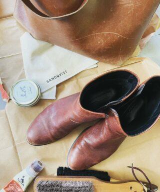 Finns det överhuvudtaget någon mer tillfredsställande syssla? Känner mig som en riddare som tar hand om sin rustning inför en strid när jag fixar skor och väskor till hösten.