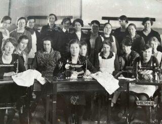 Tillbakablickstorsdag:  Arbetets döttrar. Sömmerskor tidigt 1900-tal. Min farfars mor Märta vid symaskinen i mitten.  #tbt #throwbackthursday  #tillbakablickstorsdag