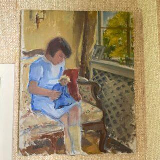 TILLBAKABLICKSTORSDAG: Minns när jag för några år sedan – efter vissa säkerhetsprocedurer – fick komma hem till en konstsamlare som köpt en stor del av allt konstnären Bernhard Önstad lämnade efter sig och välja vilka målningar jag ville köpa direkt ur högarna, för 50 kronor styck. Den här är en av mina absoluta favoriter, flickan med dockan, där jag tycker att dockan också ser ut som en gammal kvinna, som om hon håller sitt framtida jag i famnen. Varje gång jag får syn på målningen tänker jag att jag måste flytta den, jag har satt den på fel ställe för att se den så ofta som jag vill.  #tbt #tillbakablickstorsdag  #throwbackthursday #art #painting #bernhardönstad #konst #målning