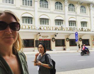 TILLBAKABLICKSTORSDAG: Författaren Graham Greene var Nobelprisryktad men fick det aldrig. Hans hemvist i Saigon/Ho Chi Minh City var här, på Hotel Continental, där han ville bo i en svit på hörnet med utsikt åt två håll, i rum 210.  Jag läste Den stillsamme amerikanen medan jag var i stan 2019, som han skrev på plats. (Och jag upptäckte Graham Greene när jag blev tvingad – tvingad, mina vänner! – av läraren Ritva att läsa Vår man i Havanna på gymnasiet. Tack Ritva, det gjorde du bra!)  #tbt #tillbakablickstorsdag  #throwbackthursday  #grahamgreene  #hotelcontinental